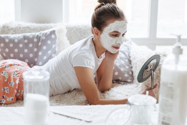 Ilustrasi perempuan remaja pakai skin care