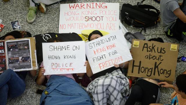 Demonstran tidur di Bandara Internasional Hong Kong.