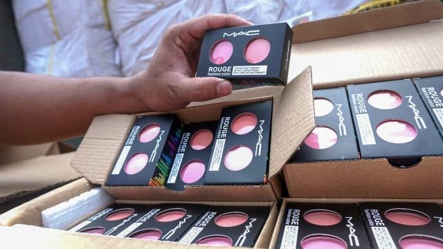 Foto: Polisi Gagalkan Penyelundupan Jutaan Kosmetik Ilegal Asal China (1147325)