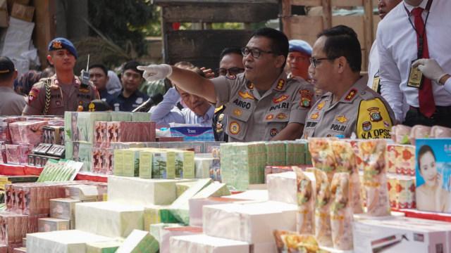 Foto: Polisi Gagalkan Penyelundupan Jutaan Kosmetik Ilegal Asal China (1147316)