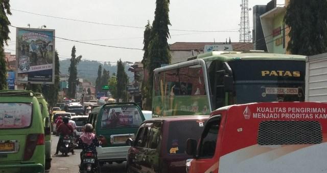 Ada Pengecoran, Antrean Kendaraan dalam Kota Bumiayu Mengular (84228)