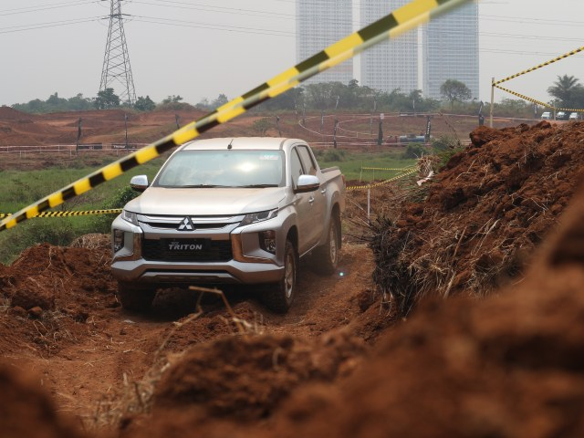 Foto : Pembuktian Triton Si Raja Pikap 4x4 di Medan Off-Road (422726)
