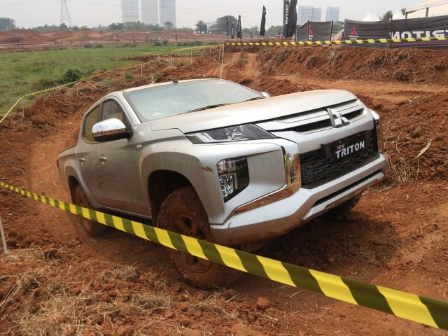 Foto : Pembuktian Triton Si Raja Pikap 4x4 di Medan Off-Road (422734)