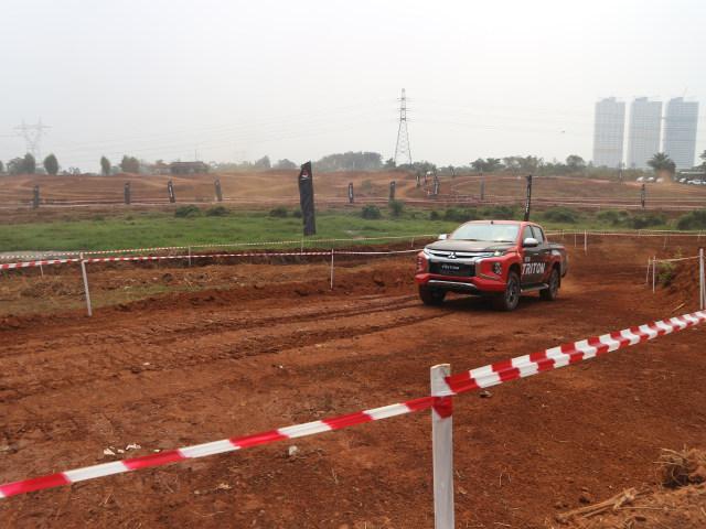 Foto : Pembuktian Triton Si Raja Pikap 4x4 di Medan Off-Road (422737)