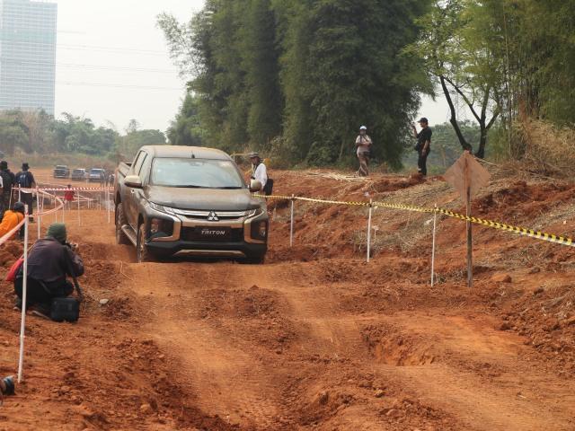 Foto : Pembuktian Triton Si Raja Pikap 4x4 di Medan Off-Road (422733)