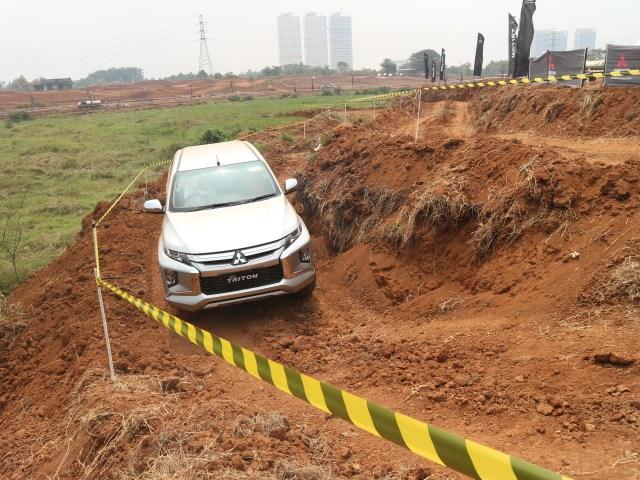 Foto : Pembuktian Triton Si Raja Pikap 4x4 di Medan Off-Road (422731)