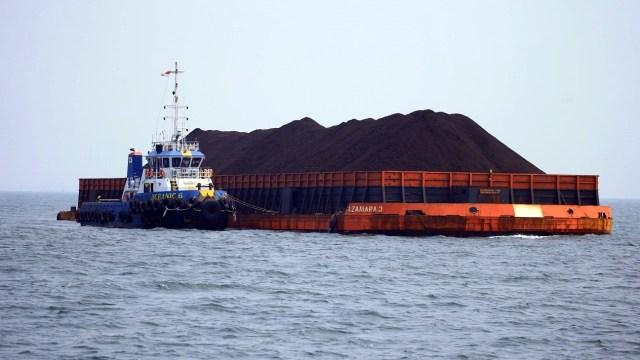 Sebuah kapal tongkang membawa batu bara yang menunggu masuk bongkar muat di pelabuhan tanjung priok