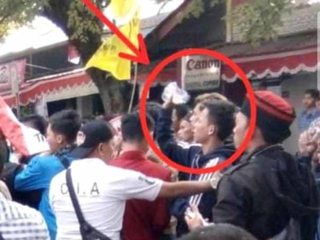 Pria yang diduga melempar bensin ke anggota Polisi yang terbakar di Cianjur (NOT COVER)