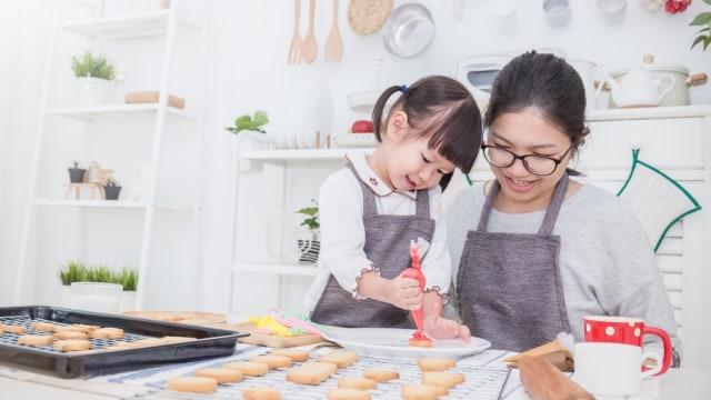 Ilustrasi anak balita memasak atau membuat kue bersama ibu.