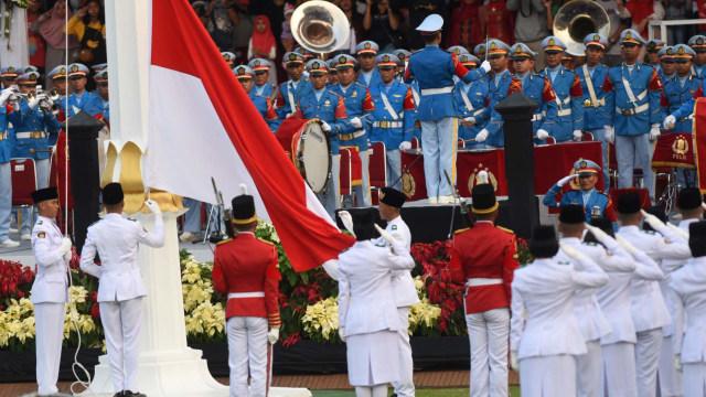 HUT ke-74 RI, Upacara Penurunan Bendera Merah Putih
