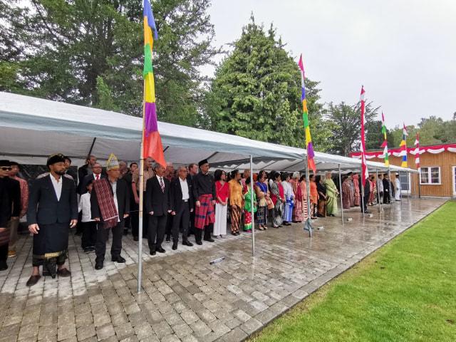 Masyarakat Indonesia mengikuti upacara.jpeg