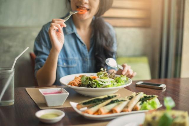 com-Sun Life, ilustrasi mengonsumsi makanan yang sehat