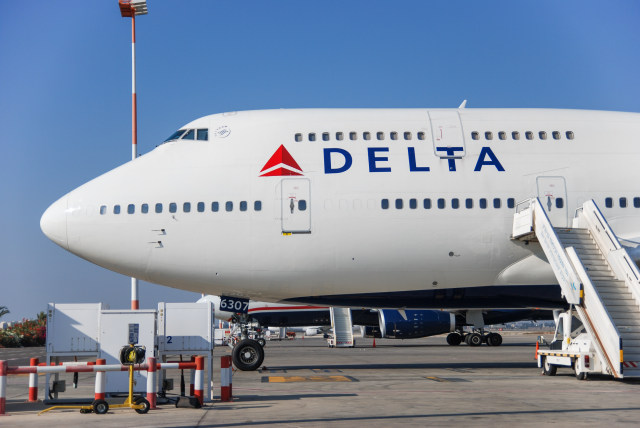 Bergulat dengan Penyusup, Pramugara Ini Berhasil Gagalkan Aksi Pembajak Pesawat (41417)