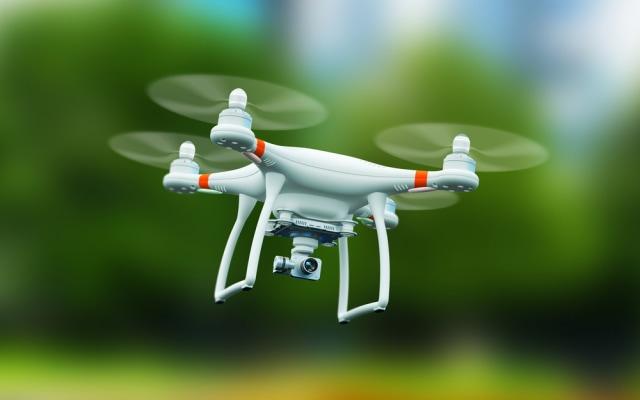 com-Drone tipe quadcopter.