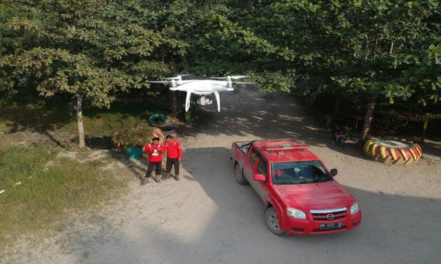 com-Petugas Remote Sensing Team PT RAPP Memantau Area dengan Drone).
