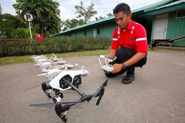com-Petugas FERT PT RAPP Mengecek kondisi drone sebelum diterbangkan.