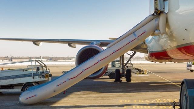 Ilustrasi emergency slide milik pesawat untuk pendaratan darurat di atas air