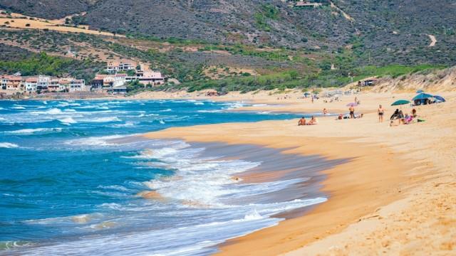 Gara-gara Ambil Pasir di Pantai Sardinia, Turis Ini Didenda Rp 17,5 Juta (80935)