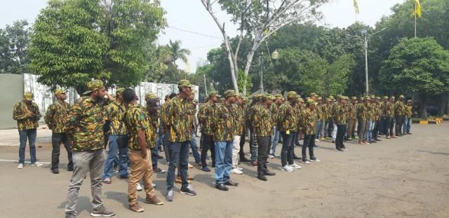 Pemuda berseragam AMPG di Kantor DPP Golkar