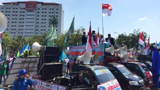 Massa Demo Buruh di Istana Bubarkan Diri Usai Sampaikan Petisi (695191)