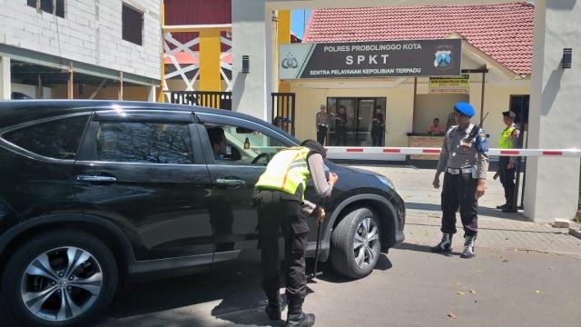 Antisipasi Teror Wonokromo, Pengunjung SPKT Diperiksa  (931825)
