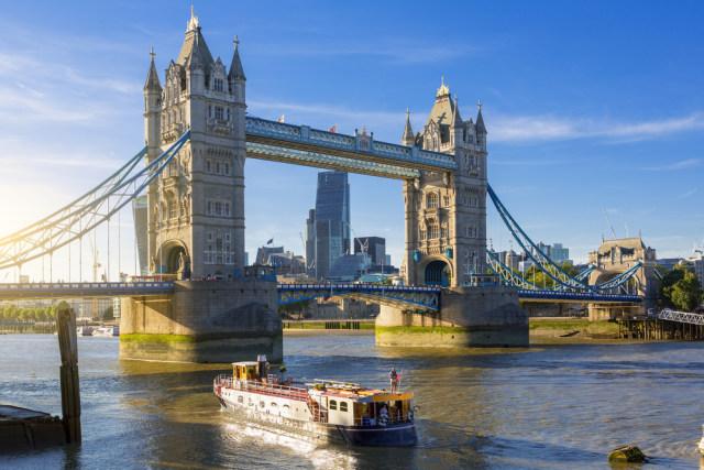 Viral Video Pria Kumandangkan Azan Magrib di Tower Bridge London, Inggris  (41131)