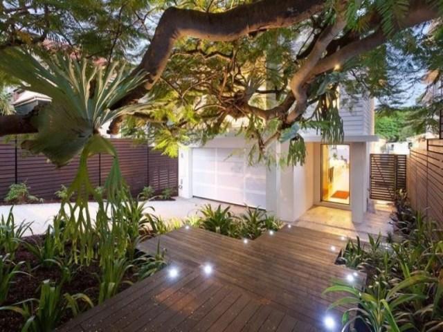 taman depan rumah sederhana dengan lantai dek kayu
