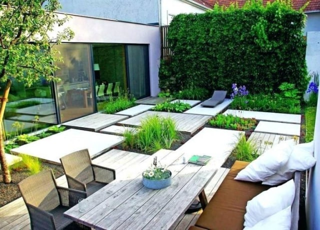 taman depan rumah sederhana dengan jalan setapak dari kayu dan batu