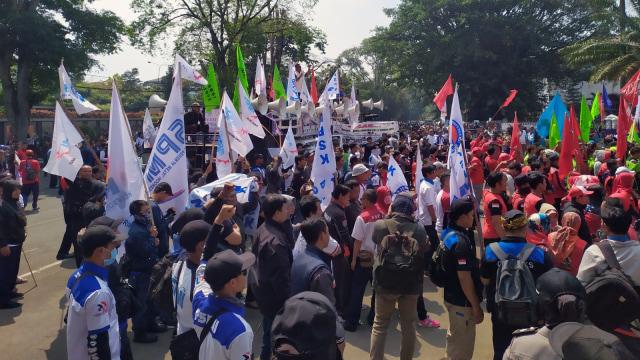 Massa Buruh Demo Tolak RUU Ketenagakerjaan di Gedung Sate, Bandung (107547)