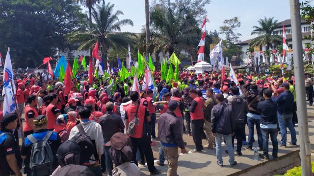Massa Buruh Demo Tolak RUU Ketenagakerjaan di Gedung Sate, Bandung (107546)
