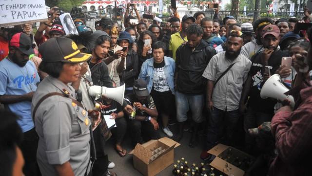 Mahasiswa Papua mengembalikan dua dus minuman beralkohol yang dikirim polisi