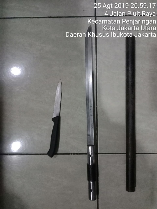 barang bukti pisau penusuk pluit village