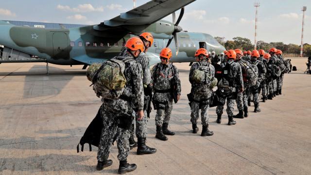 Tentara Nasional Brasil bersiap terbang ke Rondonia, Brasil utara, untuk membantu pemadaman kebakaran hutan hujan Amazon