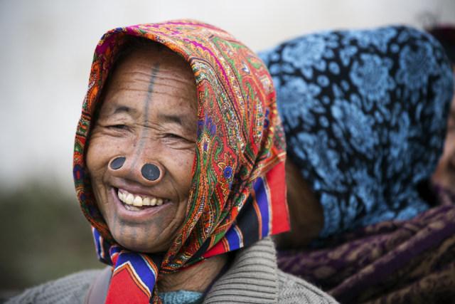 Sumbat Lubang Hidung agar Tampak Jelek, Ini Tradisi Perempuan Suku Apatani (390516)