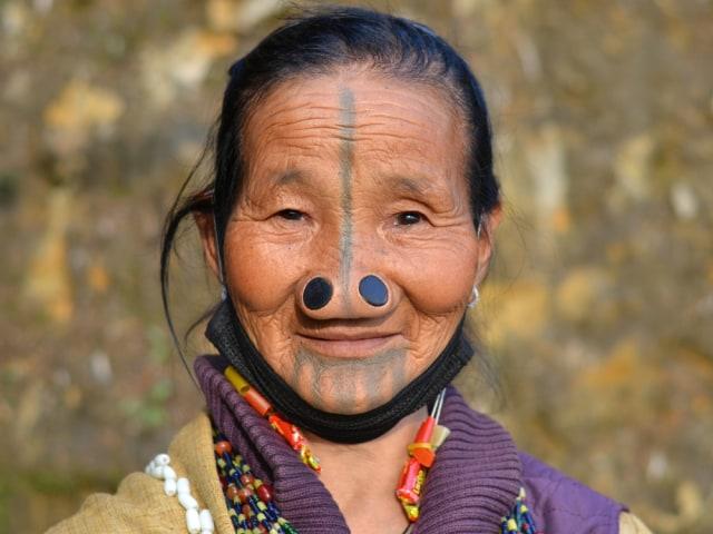 Sumbat Lubang Hidung agar Tampak Jelek, Ini Tradisi Perempuan Suku Apatani (390518)