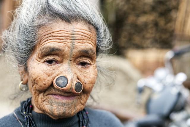 Sumbat Lubang Hidung agar Tampak Jelek, Ini Tradisi Perempuan Suku Apatani (390519)