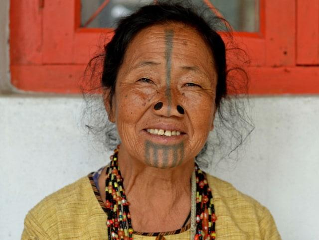 Sumbat Lubang Hidung agar Tampak Jelek, Ini Tradisi Perempuan Suku Apatani (390520)