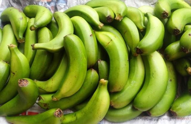 Ilustrasi pisang mentah