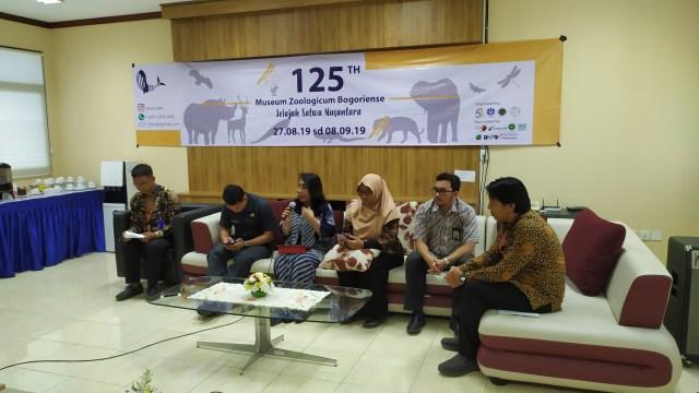 Prof. Dr. Enny Sudarmonowati (ketiga dari kiri), Deputi Bidang Ilmu Pengetahuan Hayati LIPI, sedang berbicara di MZB.