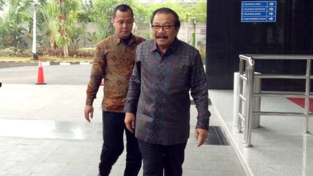 Tiba di KPK, Eks Gubernur Jatim Pakde Karwo Jadi Saksi Kasus Suap (5403)