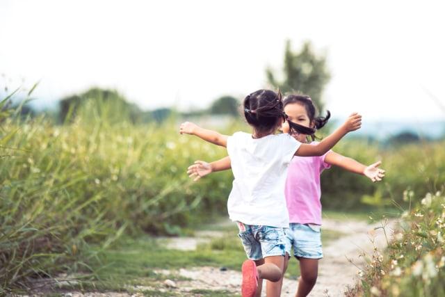 com-Ilustrasi anak bermain dengan temannya.