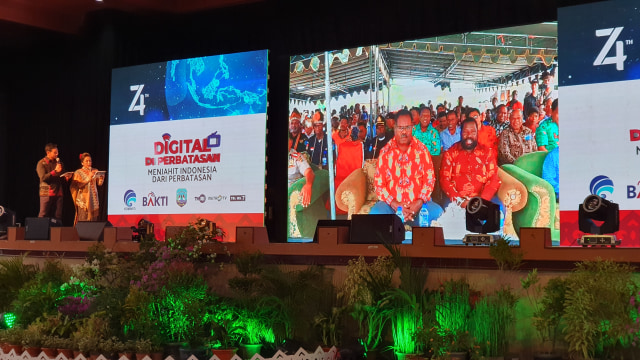 Rudiantara Uji Palapa Ring Timur: Video Call Bupati Asmat di Papua (41808)