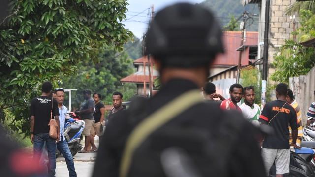 Pengamanan pascaunjuk rasa warga Papua, Personil Brimob berjaga di sekitar Asrama Mahasiswa Nayak Abepura di Kota Jayapura