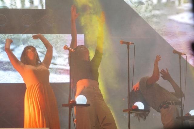 Aksi Teatrikal Superorganism di Hodgepodge Superfest 2019 (121271)