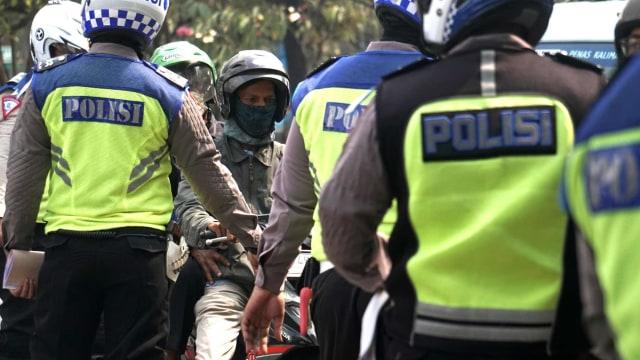 Hari ke-5 Operasi Patuh Jaya 2020, Mayoritas Pelanggar Pemotor Tak Pakai Helm (359751)