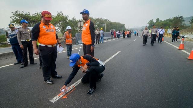 Foto: Olah TKP Kecelakaan Maut Tol Cipularang KM 91 (31695)