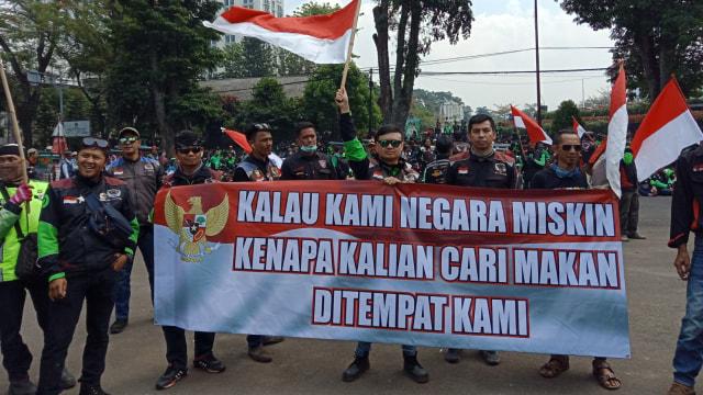 Ratusan Supir Ojol Tuntut Bos Taksi Malaysia Datang ke Indonesia  (24101)