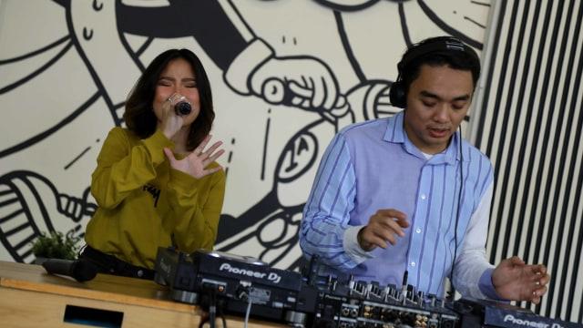 Foto: Ngobrol Bareng Dipha Barus dan Monica Karina soal 'You Move Me' (243486)