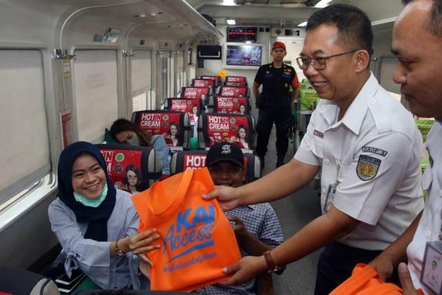 Penumpang Kereta Api dapat Kejutan dari PT KAI Daop 3 Cirebon (537)