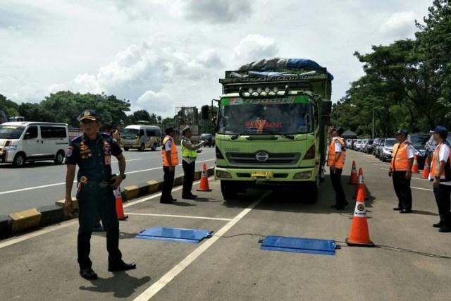 Teror Truk di Jalan Raya (1183437)